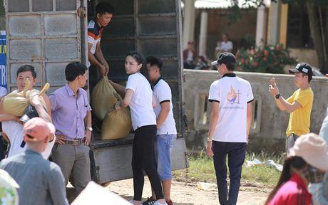 Ky Duyen khe ne be mi tom, gao, chan den voi vung lu lut Quang Binh - Anh 3