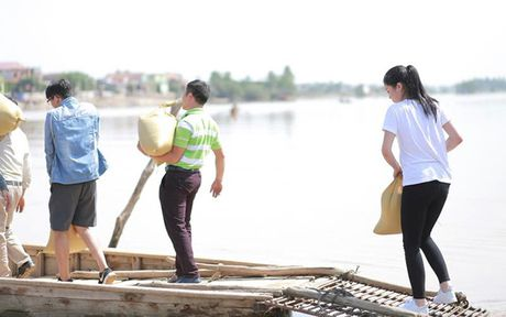 Ky Duyen khe ne be mi tom, gao, chan den voi vung lu lut Quang Binh - Anh 4