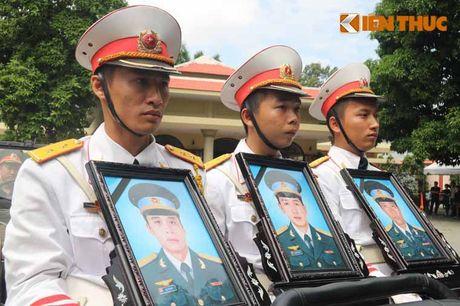 Xuc dong giay phut tien cac phi cong hi sinh ve dat me - Anh 10