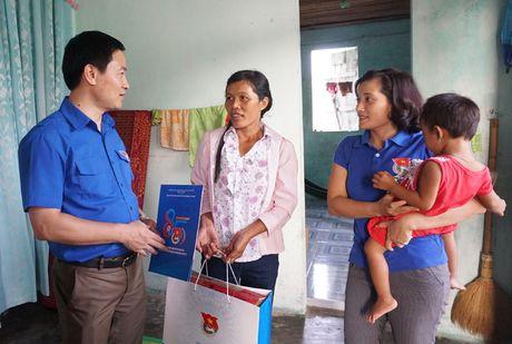 Thanh doan Ha Noi trao qua cho nguoi dan Quang Binh - Anh 1
