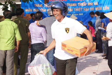 Thanh doan Ha Noi trao qua cho nguoi dan Quang Binh - Anh 2