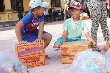 Thanh doan Ha Noi trao qua cho nguoi dan Quang Binh - Anh 3