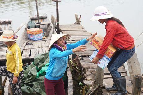 Thanh doan Ha Noi trao qua cho nguoi dan Quang Binh - Anh 4