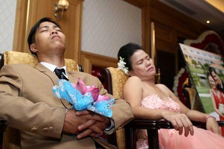 Dam cuoi 'khong lo' 60 cap doi o Sai Gon: Khi con tim nghen lai - Anh 14