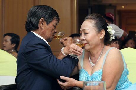 Dam cuoi 'khong lo' 60 cap doi o Sai Gon: Khi con tim nghen lai - Anh 5