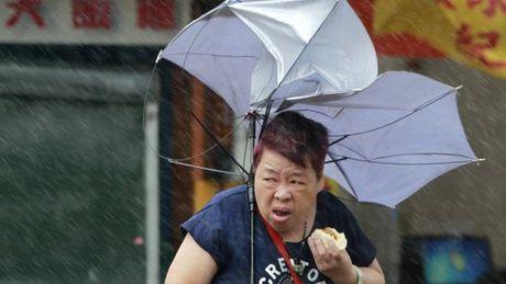 Hong Kong phat cuong vi cu ong ngoi quan cafe giua nuoc lut - Anh 3
