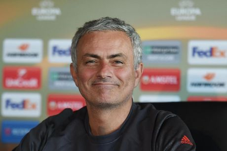 Mourinho hai huoc cham choc truyen thong sau tran dau voi Fenerbahce - Anh 1