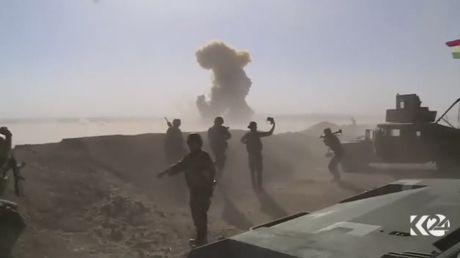 Xe bom IS no tung truoc khi lao vao luc luong Peshmerga o Mosul - Anh 1