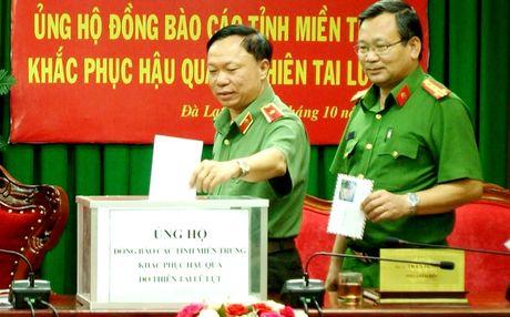 Cong an Lam Dong quyen gop ung ho mien Trung 200 trieu dong - Anh 1