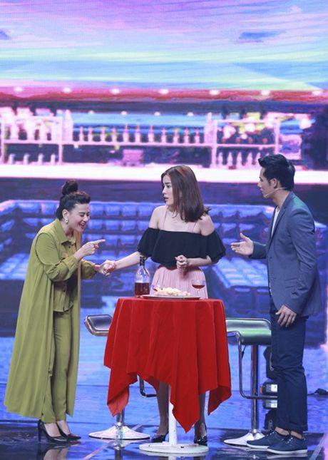 """Nha Cuoi: Hoai Linh nam """"ba dao"""" tren ghe xoay, Xuan Bac """"gai"""" Cao Thai Ha hon minh - Anh 11"""