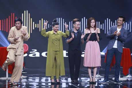 """Nha Cuoi: Hoai Linh nam """"ba dao"""" tren ghe xoay, Xuan Bac """"gai"""" Cao Thai Ha hon minh - Anh 13"""