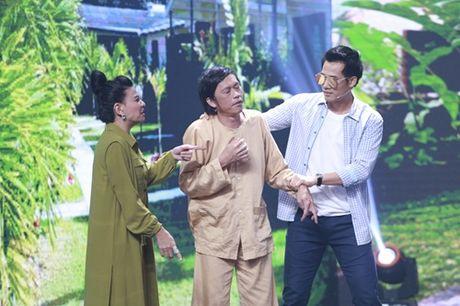 """Nha Cuoi: Hoai Linh nam """"ba dao"""" tren ghe xoay, Xuan Bac """"gai"""" Cao Thai Ha hon minh - Anh 19"""