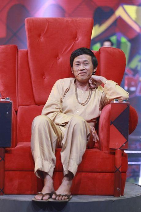 """Nha Cuoi: Hoai Linh nam """"ba dao"""" tren ghe xoay, Xuan Bac """"gai"""" Cao Thai Ha hon minh - Anh 1"""