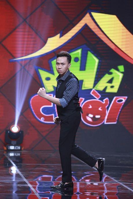 """Nha Cuoi: Hoai Linh nam """"ba dao"""" tren ghe xoay, Xuan Bac """"gai"""" Cao Thai Ha hon minh - Anh 4"""