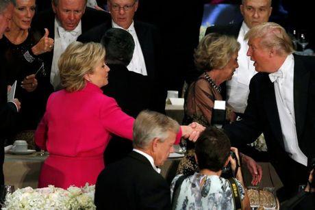 Ong Trump va ba Clinton tiep tuc cong kich nhau tai tiec tu thien - Anh 3