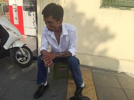 Doi tuong que chan mang theo heroin bo chay khi gap canh sat - Anh 1