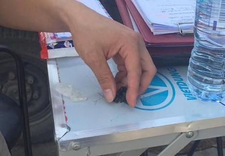 Doi tuong que chan mang theo heroin bo chay khi gap canh sat - Anh 2