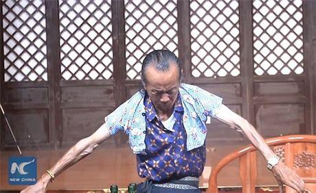 Kho tin: Cu ong thu nho co the de mac vua ao cua tre 3 tuoi - Anh 2