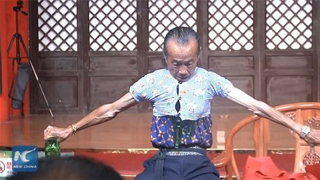 Kho tin: Cu ong thu nho co the de mac vua ao cua tre 3 tuoi - Anh 3