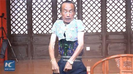 Kho tin: Cu ong thu nho co the de mac vua ao cua tre 3 tuoi - Anh 4