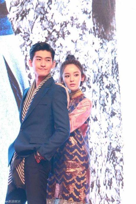 Soai ca Truong Han nam chat tay Co Luc Na Trat, bao ve ban gai khoi dam dong - Anh 2