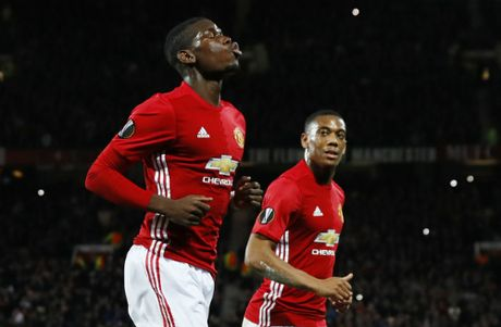 Pogba lap cu dup, Man Utd de bep doi cua Van Persie - Anh 1