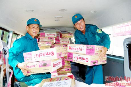 Tham va tang 150 suat qua ba con nhan dan vung lu - Anh 1