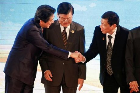 Lo Philippines than Trung Quoc, Nhat trai tham do cho ong Duterte - Anh 1