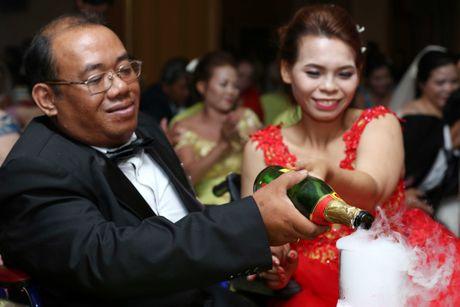 Dam cuoi 'khong lo' 60 cap doi o Sai Gon: Khi con tim nghen lai - Anh 3