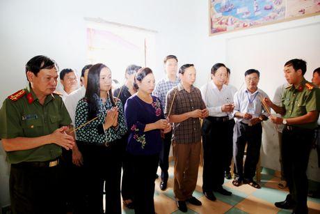 Cam dong voi hinh anh phu nhan Chu tich nuoc den voi ba con vung lu - Anh 1