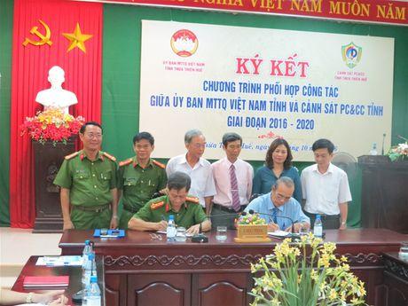 Thua Thien Hue: Mat tran - Canh sat PCCC ky ket Chuong trinh phoi hop cong tac. - Anh 1