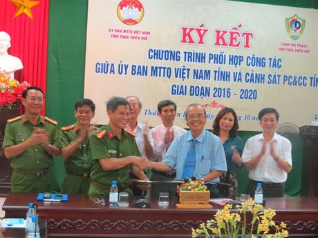 Thua Thien Hue: Mat tran - Canh sat PCCC ky ket Chuong trinh phoi hop cong tac. - Anh 2