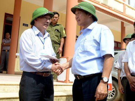 Bo truong TT&TT tham nong dan cuu 15 nguoi trong lu - Anh 2