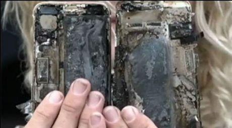 iPhone 7 bat ngo phat no tren xe hoi - Anh 3