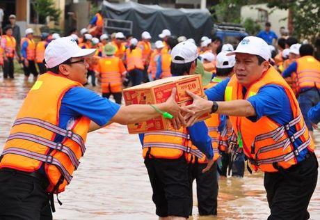 TP.HCM chung tay cuu tro ba con vung lu mien Trung - Anh 1