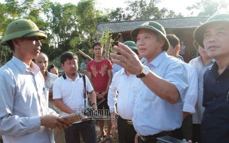 Bo truong Thong tin-Truyen thong trao qua cuu tro dong bao vung lu - Anh 1