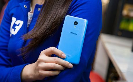 Ngam my nu tren tay smartphone gia re - Anh 10