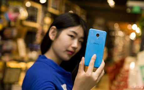 Ngam my nu tren tay smartphone gia re - Anh 4