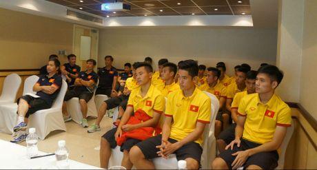 U19 Viet Nam gop tien ung ho dong bao mien Trung - Anh 1