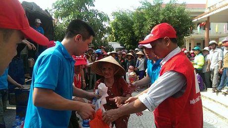 FLC chung tay ho tro nguoi dan mien Trung chiu anh huong boi lu lut - Anh 1