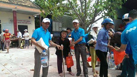 FLC chung tay ho tro nguoi dan mien Trung chiu anh huong boi lu lut - Anh 2