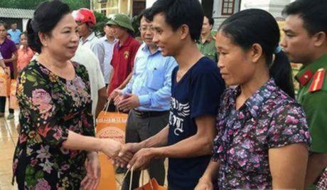Phu nhan Chu tich nuoc tham, tang qua nhan dan vung lu - Anh 1