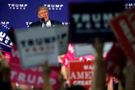 Ong Trump bat ngo chi trich ba Obama - Anh 1