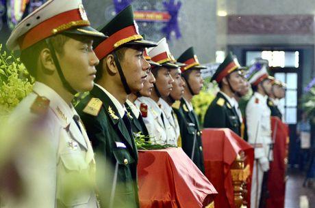 Chu tich nuoc tang Huan chuong Bao ve To quoc cho 3 phi cong hi sinh - Anh 2