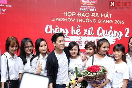 Truong Giang thoai mai om eo, khoac tay 'gai la' - Anh 8