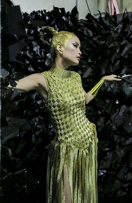 Hau truong Ngoc Chau chuan bi cho Vietnam International Fashion Week Thu Dong 2016 - Anh 7