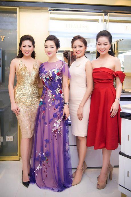 Hoa hau Giang My noi bat giua dan my nhan, khoe dang nuot na - Anh 8