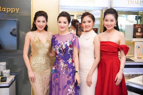 Hoa hau Giang My noi bat giua dan my nhan, khoe dang nuot na - Anh 9
