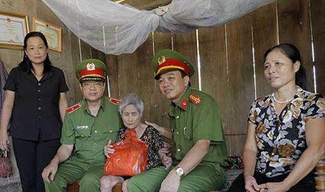 Tong cuc VIII – Bo Cong an den voi nhan dan vung lu huyen Huong Khe - Anh 1