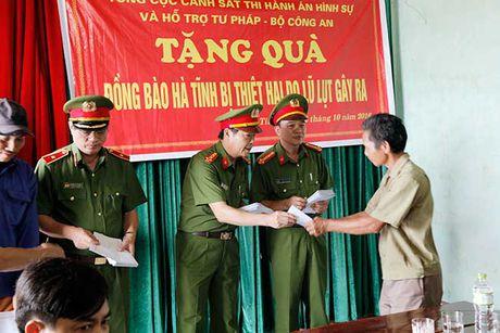 Tong cuc VIII – Bo Cong an den voi nhan dan vung lu huyen Huong Khe - Anh 2